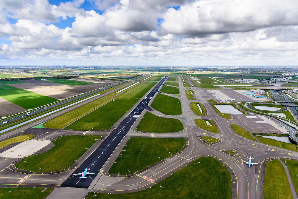 Nederland, Noord-Holland, Haarlemmermeer, 01-08-2016; Schiphol Amsterdam Airport, zicht op Zwanenburgbaan en autosnelweg A5 met taxiende vliegtuigen<br /> View on Zwanenburg runway and A5 motorway with taxiing planes.<br /> luchtfoto (toeslag op standaard tarieven);<br /> aerial photo (additional fee required);<br /> copyright foto/photo Siebe Swart