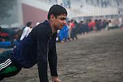 Un élève de Bhiwani Boxing Club pendant des exercices de flexion, au stade de Bhiwani