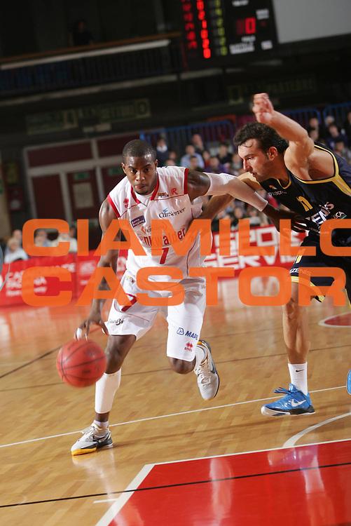 DESCRIZIONE : Reggio Emilia Campionato Lega Basket A2 2011-12  Trenkwalder Reggio Emilia  Tezenis Verona<br /> GIOCATORE : Taylor  Donell<br /> SQUADRA : Trenkwalder Reggio Emilia<br /> EVENTO : Campionato Lega Basket A2 2011-2012<br /> GARA : Trenkwalder Reggio Emilia  Tezenis Verona<br /> DATA : 16/10/2011 <br /> CATEGORIA : palleggio<br /> SPORT : Pallacanestro <br /> AUTORE : Agenzia Ciamillo-Castoria/FotoStudio13<br /> Galleria : Lega Basket A2 2011-2012 <br /> Fotonotizia : Reggio Emilia Campionato Lega Basket A2 2011-12  Trenkwalder Reggio Emilia  Tezenis Verona<br /> Predefinita :
