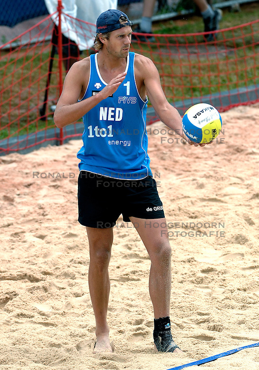 24-07-2007 VOLLEYBAL: WK BEACHVOLLEYBAL: GSTAAD<br /> Jochem de Gruijter - actie beachvolley<br /> &copy;2007-WWW.FOTOHOOGENDOORN.NL
