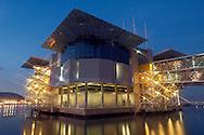 PRT, Portugal: Oceanario de Lisboa, das zweitgroesste seiner Art weltweit, Aquarium in Abendstimmung, erleuchtet, Lissabon, Lissabon   PRT, Portugal: Oceanario de Lisboa, the second largest world wide, illuminated Aquarium in the evening, Lisbon, Lisbon  