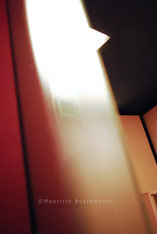 Momente der Ruhe und Einkehr..Der »Raum der Stille« formuliert eine leise Antwort auf die überwiegend laute Welt des Bahnhofs und der Innenstadt. Sie finden ihn am Hamburger Hauptbahnhof in der Unterführung von der Mönckebergstraße zum Südsteg...Er lädt dazu ein, Hektik und Lärm der Großstadt für einen Moment hinter sich zu lassen und zu Ruhe, Einkehr und Meditation zu finden.