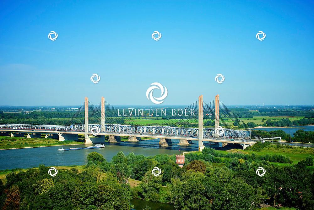 ZALTBOMMEL - De Martinus Nijhoffbrug is een kabel- of tuibrug over de rivier de Waal nabij Zaltbommel in de snelweg de A2. De brug werd op 18 januari 1996 geopend door minister Jorritsma van Verkeer en Waterstaat. De brug is de vervanging van de oude en te smalle Bommelse Brug uit 1933, die in april 2007 werd gesloopt.. FOTO LEVIN DEN BOER - PERSFOTO.NU