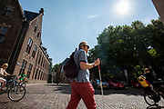In Utrecht loopt een man met een blindegeleidenstok door de binnenstad.<br /> <br /> In Utrecht a blind man walks in the city center.