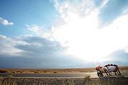 De VeloX V wordt weer overeind gezet na een val. Op maandagochtend vinden de kwalificaties plaats. Het team slaagt er door valpartijen niet in om de rijders en de VeloX V te kwalificeren. Het Human Power Team Delft en Amsterdam (HPT), dat bestaat uit studenten van de TU Delft en de VU Amsterdam, is in Amerika om te proberen het record snelfietsen te verbreken. Momenteel zijn zij recordhouder, in 2013 reed Sebastiaan Bowier 133,78 km/h in de VeloX3. In Battle Mountain (Nevada) wordt ieder jaar de World Human Powered Speed Challenge gehouden. Tijdens deze wedstrijd wordt geprobeerd zo hard mogelijk te fietsen op pure menskracht. Ze halen snelheden tot 133 km/h. De deelnemers bestaan zowel uit teams van universiteiten als uit hobbyisten. Met de gestroomlijnde fietsen willen ze laten zien wat mogelijk is met menskracht. De speciale ligfietsen kunnen gezien worden als de Formule 1 van het fietsen. De kennis die wordt opgedaan wordt ook gebruikt om duurzaam vervoer verder te ontwikkelen.<br /> <br /> The qualifying on Monday. The team didn't qualify due to crashes. The Human Power Team Delft and Amsterdam, a team by students of the TU Delft and the VU Amsterdam, is in America to set a new  world record speed cycling. I 2013 the team broke the record, Sebastiaan Bowier rode 133,78 km/h (83,13 mph) with the VeloX3. In Battle Mountain (Nevada) each year the World Human Powered Speed Challenge is held. During this race they try to ride on pure manpower as hard as possible. Speeds up to 133 km/h are reached. The participants consist of both teams from universities and from hobbyists. With the sleek bikes they want to show what is possible with human power. The special recumbent bicycles can be seen as the Formula 1 of the bicycle. The knowledge gained is also used to develop sustainable transport.