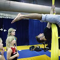 Nederland, amsterdam , 25 november 2010..Leelingen van Circus Elleboog kijken gefascineerd toe hoe een professionele accrobaat van Cirque du Soleil een oefening demonstreert en voeren die vervolgens zelf uit..Foto:Jean-Pierre Jans
