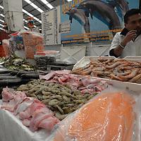 TOLUCA, México.- (Diciembre 22, 2017).- Locatarios del mercado 16 de Septiembre ofrecen una gran variedad de pescado, carne, verduras, pollo, semillas entre otras productos para la elaborar la tradicional cena de Navidad este 24 de diciembre, aunque algunos productos subieron de precio, los comerciantes esperan a la gente. Agencia MVT / Crisanta Espinosa.