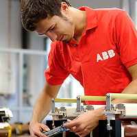 DEU , DEUTSCHLAND : Produktion von Schaltanlagen bei ABB in Ratingen : Montage eines IS-Begrenzers.  |DEU , GERMANY : Production of electric switchboards for powerplants at ABB in Ratingen : assembly of an IS-limiter|.  20.10.2011.Copyright by : Rainer UNKEL