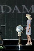 Doop ms Nieuw Amsterdam in Venetie<br /> <br /> Hare Koninklijke Hoogheid prinses Máxima doopt op zondag 4 juli 2010 in Venetië het cruiseschip ms Nieuw Amsterdam van de Holland America Line. Het schip is de tweede in de Signature-klasse. De Nieuw Amsterdam, die plaats biedt aan 2.106 passagiers, wordt gebouwd door de scheepsbouwer Fincantieri-Cantieri Navali Italiani S.p.A. in Marghera, Italië. <br /> <br /> op de foto:<br /> <br />  De officiele doop door  Maxima