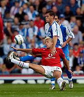 Fotball<br /> Foto: SBI/Digitalsport<br /> NORWAY ONLY<br /> <br /> Blackburn Rovers v Manchester United<br /> Barclays Premiership, 28/08/2004<br /> <br /> Manchester United's Alan Smith gets wrestled to the ground by Blackburn's Craig Short