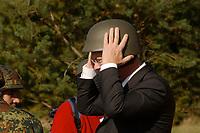 16 OCT 2001, BERLIN/GERMANY:<br /> Rudolf Scharping, SPD, Bundesverteidigungsminister, setzt sich einen Stahlhelm auf, waehrend eines Besuches der Infanterieschule des Heeres, Hammelburg<br /> IMAGE: 20011016-01-030<br /> KEYWORDS: Bundeswehr, Armee, Gefechtshelm