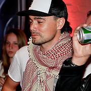 """NLD/Rotterdam/20110422 - Boekpresentatie en Gouden plaat voor Kane """"Singles Only"""" , Diand Woesthof en Dennis van Leeuwen drinken een biertje"""