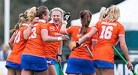 BLOEMENDAAL - Bloemendaal-Wageningen (4-0) . Vreugde bij Bloemendaal na een doelpunt. Midden Roos Broek.  COPYRIGHT KOEN SUYK