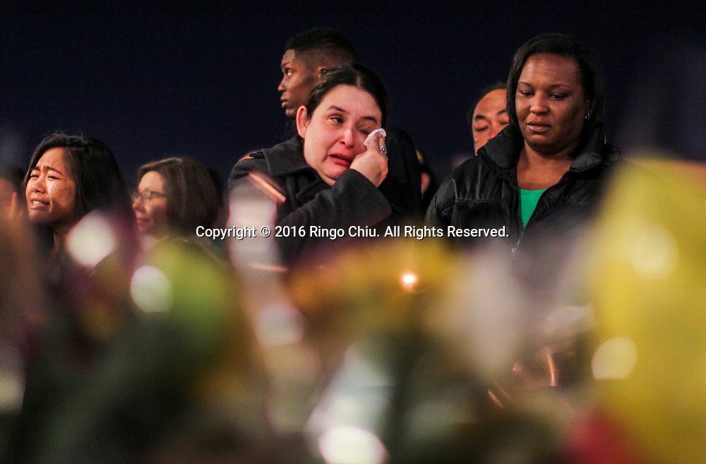 1月25日,美国洛杉矶县阿卡迪亚市,人们参加在阿卡迪亚高中举办的烛光晚会悼念两名在家中被害身亡华裔兄弟。上星期五,美国华裔聚居的洛杉矶县阿卡迪亚市发生双尸凶杀案,2名华裔高中学生为15岁的林安东尼(Anthony Lin)和他的哥哥,16岁的林威廉(William Lin),怀疑被姑父在家中用钝器杀害,其后,杀害两兄弟的姑父搭乘国泰航空离开美国,但香港国际机场被当地警察逮捕。新华社发 (赵汉荣摄)<br /> Student, faculties and friends gather at Arcadia High School Monday night, January 25, 2016, for a candlelight vigil for the two brothers killed by their uncle in Friday, in Arcadia, California, the United States. Two brothers, 15 and 16, were found by their parents Friday at their home near school. They appeared to have suffered blunt force trauma and were pronounced dead at he scene, official said. They were identified as Arcadia High School students William and Anthony Lin, according to a statement from the Arcadia Unified School District. Their 44-year-old uncle, identified as Deyun Shi, who is suspected of killing the boys after becoming enraged that his wife had obtained a restraining order against him and begun divorce proceedings, fled on a plane to China, but was taken into custody by Hong Kong authorities Saturday as his plane arrived at Hong Kong International Airport, officials said. Authorities are working to have him returned to California. (Xinhua/Zhao Hanrong)(Photo by Ringo Chiu/PHOTOFORMULA.com)<br /> <br /> Usage Notes: This content is intended for editorial use only. For other uses, additional clearances may be required.