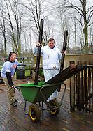 21-3-2014 RIJSWIJK Koning Willem-Alexander en koningin Máxima klussen bij kinderboerderij Het Akkertje in Rijswijk tijdens de 10 editie van NL Doet COPYRIGHT ROBIN UTRECHT