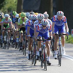 02-05-2015: Wielrennen: Ronde van Overijssel mannen: Rijssen  <br />RIJSSEN (NED) wielrennen:  De 63e ronde van Overijssel heeft als zwaarte punt de heuveltjes rond Ootmarsum en de Sallandse heuvelrug. Net als in de ronde van Vlaanderen kent men in Overijssel het dorp van de ronde. In 2015 is de eer aan Markelo.<br />CT Jo Piels op kop van het peloton in de achtervolging op de koplopers