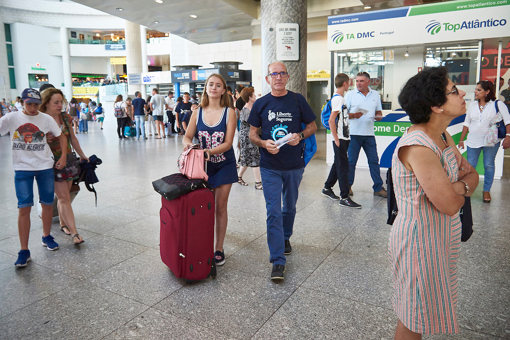 Lisboa, 17/07/2016 - Um grupo de 30 crian&ccedil;as ucranianas chega ao aeroporto de Lisboa para passar parte do ver&atilde;o com fam&iacute;lias portuguesas no &acirc;mbito do programa Ver&atilde;o Azul. Na imagem o respons&aacute;vel pelo programa Fernando Pinho com a jovem Katarina (13 anos).<br /> (Paulo Alexandrino / Global Imagens)