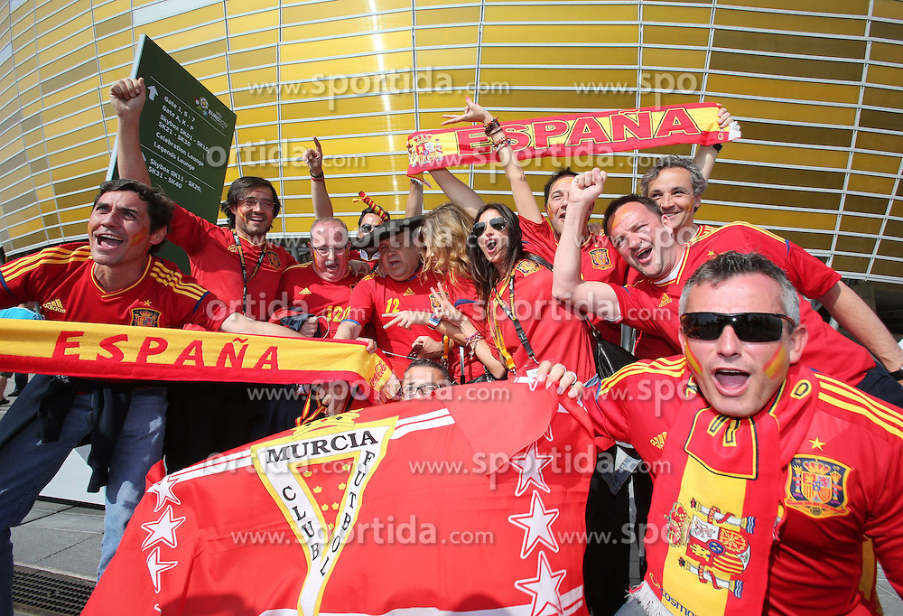 10.06.2012, Arena Gdansk, Danzig, POL, UEFA EURO 2012, Spanien vs Italien, Gruppe C, im Bild Spanische Fans mit Manolo dem Spanischen Ur-Fan vor dem Stadion // during the UEFA Euro 2012 Group C Match between Spain and Italy at the Arena Gdansk, Gdansk, Poland on 2012/06/10. EXPA Pictures © 2012, PhotoCredit: EXPA/ Newspix/ Tomasz Wantula..***** ATTENTION - for AUT, SLO, CRO, SRB, SUI and SWE only *****