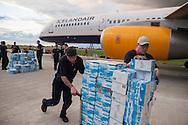 PORTO PRINCIPE, PP, HAITI, 13/01/10, 20h19: Integrantes da forca humanitaria Islandesa transportam mantimentos e agua para vitimas do terremoto do Haiti, no Aeroporto de Porto Principe. (foto: Caio Guatelli/Folha Imagem)