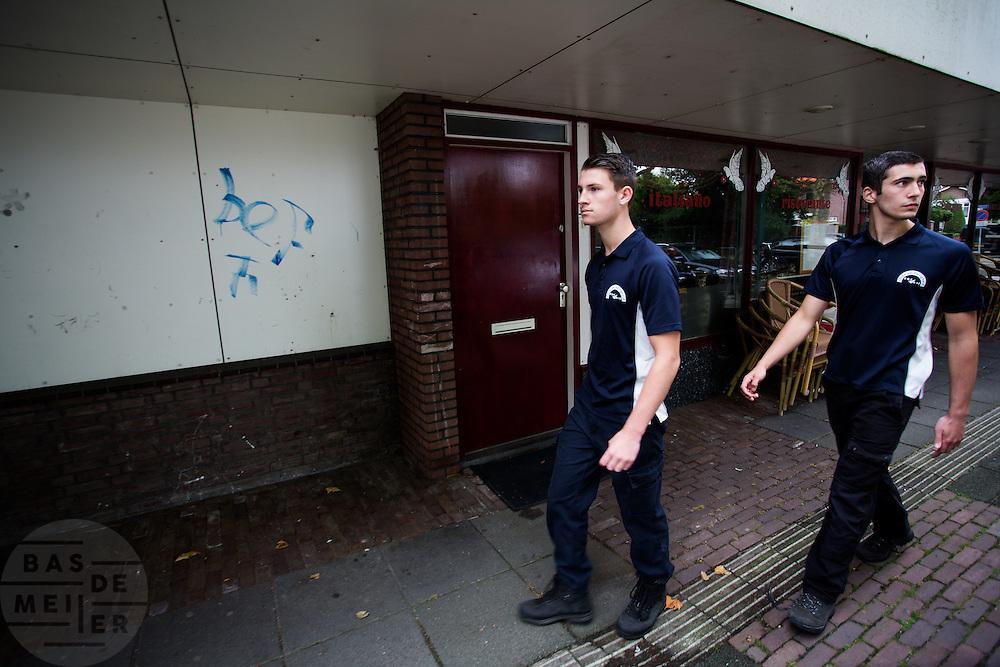 Wouter Horstink (rechts) en Timo Westerhoff lopen rond. In Leusden zorgen studenten van de ROC A12 opleiding Veiligheid & Toezicht als stagiair voor toezicht en handhaving in het winkelcentrum De Biezenkamp. De ondernemers in het winkelcentrum bepalen welke taken de studenten krijgen, de politie en een buitengewoon opsporingsambtenaar begeleiden de studenten.