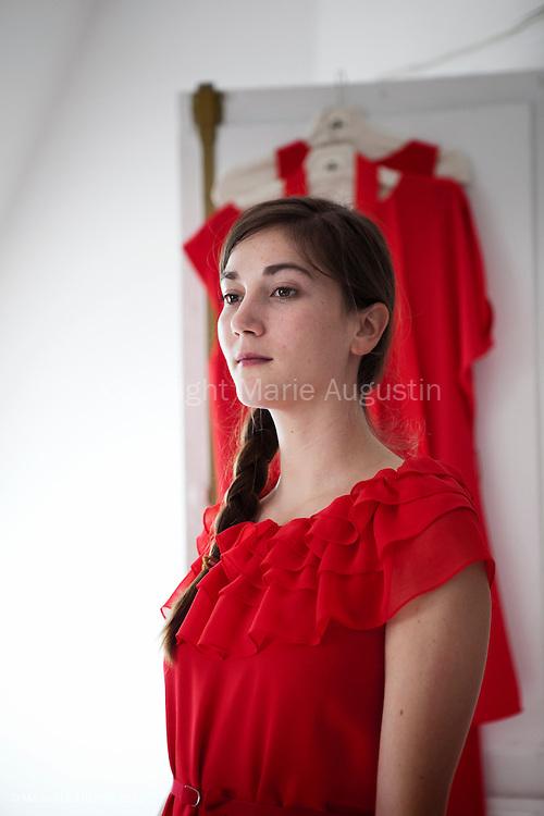 """Joséphine Schroeder de la maison de production """"Rouge International"""". Séance d'essayage des robes de la créatrice Delphine Josse, pour la montée des marches du Festival de Cannes le 2 mai 2012."""