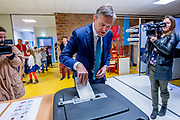 CDA-leider Sybrand van Haersma Buma brengt in de Sint Maartensschool , Voorburg zijn stem uit voor de Tweede Kamerverkiezingen<br /> <br /> CDA-leider Sybrand van Haersma Buma brings Elemental school de Sint Maartensschoo in Voorburg his vote for the parliamentary elections