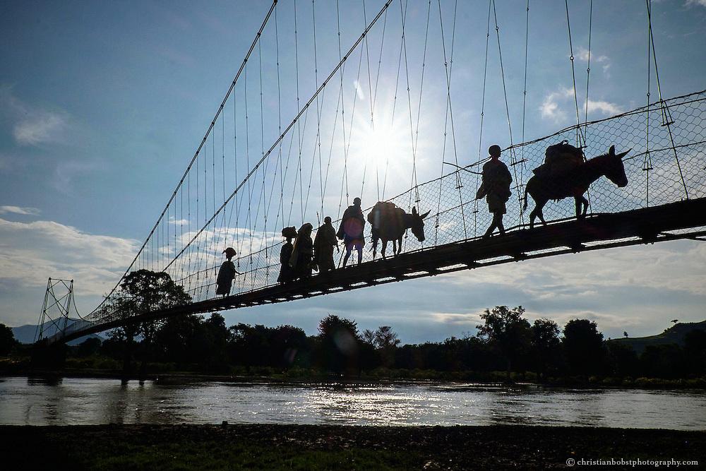 Trail bridge capacity building program Helvetas, Locals crossing the suspension N-type trail bridge Tankua-Ber in Dasra-Tis Abay