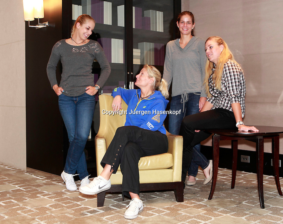 Fotoshooting mit den deutschen Fed Cup Spielerinnen und Team Chefin Barbara Rittner (in der blauen Jacke) L-R.Sabine Lisicki,Julia Goerges und Angelique Kerber,Gruppenfoto,Querformat,privat,Mannschaft,