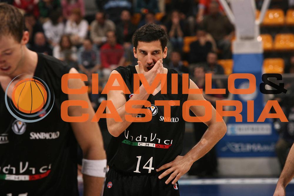 DESCRIZIONE : Bologna Lega A1 2006-07 Climamio Fortitudo Bologna VidiVici Virtus Bologna <br /> GIOCATORE : Vukcevic Colpo In faccia<br /> SQUADRA : VidiVici Virtus Bologna <br /> EVENTO : Campionato Lega A1 2006-2007 <br /> GARA : Climamio Fortitudo Bologna VidiVici Virtus Bologna <br /> DATA : 11/03/2007 <br /> CATEGORIA : Infortunio<br /> SPORT : Pallacanestro <br /> AUTORE : Agenzia Ciamillo-Castoria/M.Marchi