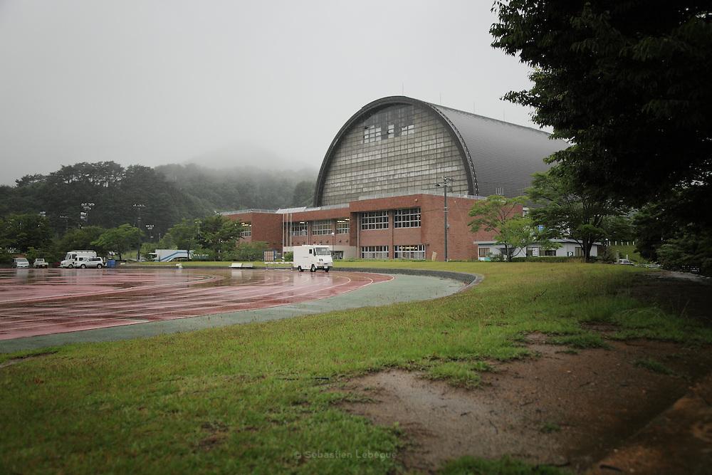 Onagawa - Centre de r&eacute;fugi&eacute;s Und&ocirc;j&ocirc; s&ocirc;g&ocirc; taikukan - Juin 2011<br /> Depuis le 11 mars, la population est log&eacute;e dans le Und&ocirc;j&ocirc; s&ocirc;g&ocirc; taikukan, complexe sportif &agrave; la sortie de la ville. Bien que beaucoup aient pu rejoindre leurs familles ou se faire allouer par l'&eacute;tat une habitation provisoire, les salles sont encore largement peupl&eacute;es.