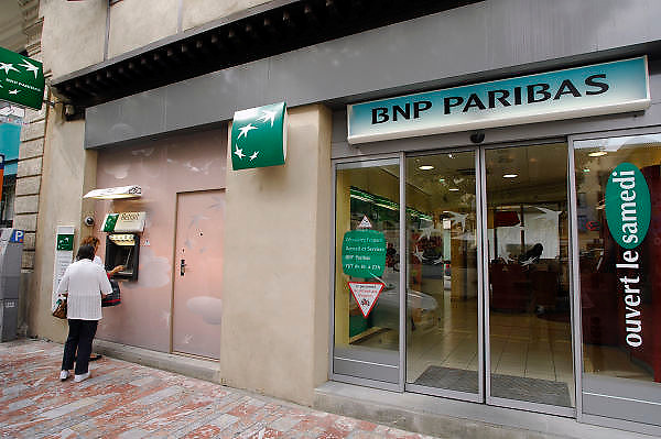 Frankrijk, Carcassonne, 20-9-2008Kantoor van bank bnp paribas in de stad. Bij de geldautomaat, pinautomaat, halen klanten geld van hun rekening.Office of BNP Paribas bank in the city. At the ATM customers get money, cash, from their account.Foto: Flip Franssen