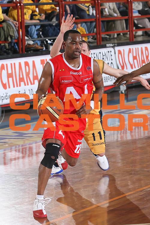 DESCRIZIONE : Porto San Giorgio Lega A1 2007-08 Playoff Quarti Di Finale Gara 3 Premiata Montegranaro Armani Jeans Milano<br /> GIOCATORE : Melvin Booker <br /> SQUADRA : Armani Jeans Milano<br /> EVENTO : Campionato Lega A1 2007-2008 <br /> GARA : Premiata Montegranaro Armani Jeans Milano<br /> DATA : 14/05/2008 <br /> CATEGORIA : Palleggio<br /> SPORT : Pallacanestro <br /> AUTORE : Agenzia Ciamillo-Castoria/M.Marchi