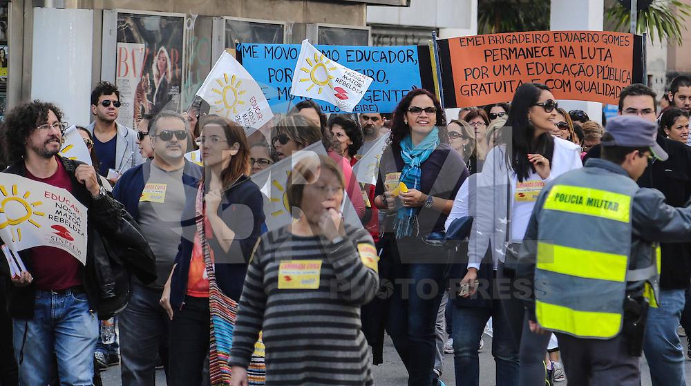 SAO PAULO, SP, 25 MAIO 2013 - O Sindicato dos Profissionais de Ensino em Educação Municipal (SINPEM) realiza uma marcha cívica na avenida Paulista em São Paulo, SP, neste sábado (25). Eles se concentraram no vão Livre do MASP e depois saíram em passeata pela Paulista até a rua da Consolação. Eles reivindicam melhores condições de trabalho, ensino e salário dígno da categoria.  (FOTO: WILLIAM VOLCOV / BRAZIL PHOTO PRESS).