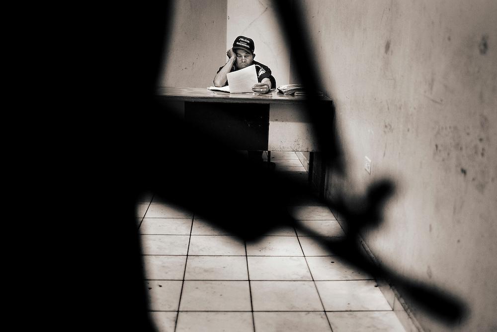 In the Penitentiary are San Pedro Sula those who have retired gang they call &quot;Peseta&quot;, are the common prisoners are called &quot;Paisas gang members and are called&quot; Maras &quot;.Separated by different modules, the &quot;Paisas&quot; living in a prison in overcrowded barracks. With a population of about 2000 people, the &quot;Paisas&quot; make life inside the prison where no shortage of activities as Hairdressers, Billiards, kitchen and even a small farm.Photographs of the &quot;Paisas&quot; inmates independent regime.<br /> En la Penitencieria de San Pedro Sula se encuentran los que se han retirado de las pandillas a quienes llaman &quot;Pesetas&quot;, est&aacute;n los privados de libertad comunes que son llamados &quot;Paisas y est&aacute;n los pandilleros llamados &quot;Maras&quot;. Separados por diferentes modulos, los &quot;Paisas&quot; conviven en un centro penitenciario hacinados en barracones. Con una poblaci&oacute;n cercana a las 2000 Personas, los &quot;Paisas&quot; hacen vida dentro de la prisi&oacute;n donde no les faltan actividades como Peluquer&iacute;as, Billares, Cocina y hasta una peque&ntilde;a Granja. FOTOGRAFIAS DE LOS &quot;PAISAS&quot;, RECLUSOS EN REGIMEN INDEPENDIENTE