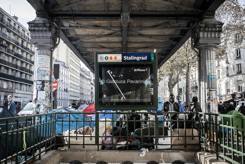 Parigi, Avenue de Flandre metro Stalingrad. Circa 3000 migranti arrivati dopo lo smantellamento di Calais si sono accampati a nord di Parigi, nel 19 arrondissement. Il giorno 4 novembre il campo &egrave; stato smantellato dalle forze dell'ordine.<br /> <br /> Paris, Avenue de Flandre metro Stalingrad. About 3000 migrants arrived from Calais camped north of Paris, ni 19 arrondissement. Today 4.11.2016 the camp was dismantled by law enforcement.<br /> <br /> Gianluca Pavarini - BuenaVistaPhoto