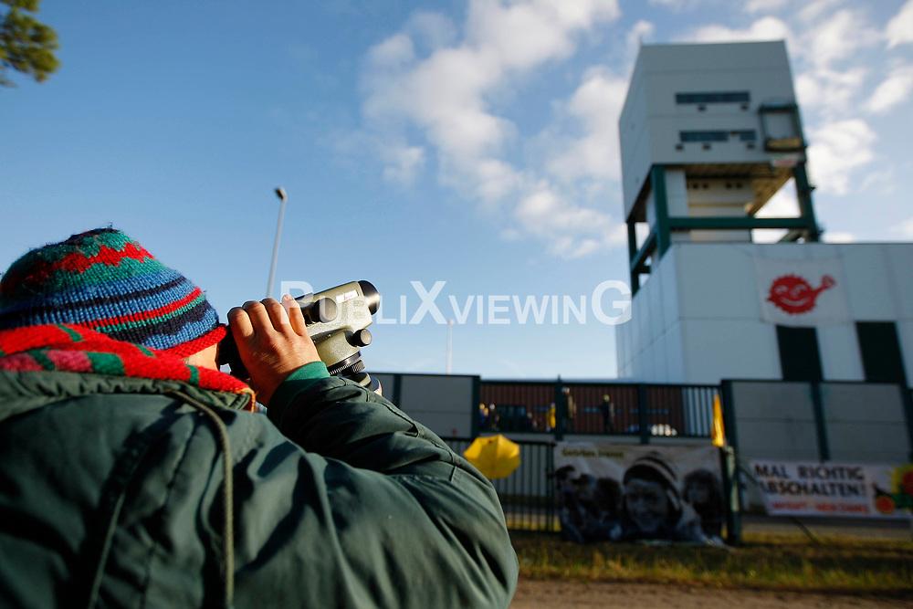 Besetzung des Erkundungsbergwerks in Gorleben durch Anti-Atom-Aktivisten anl&auml;sslich des Beginns der Koalitionsverhandlungen von CDU/CSU und FDP. <br /> <br /> Ort: Gorleben<br /> Copyright: Andreas Conradt<br /> Quelle: PubliXviewinG