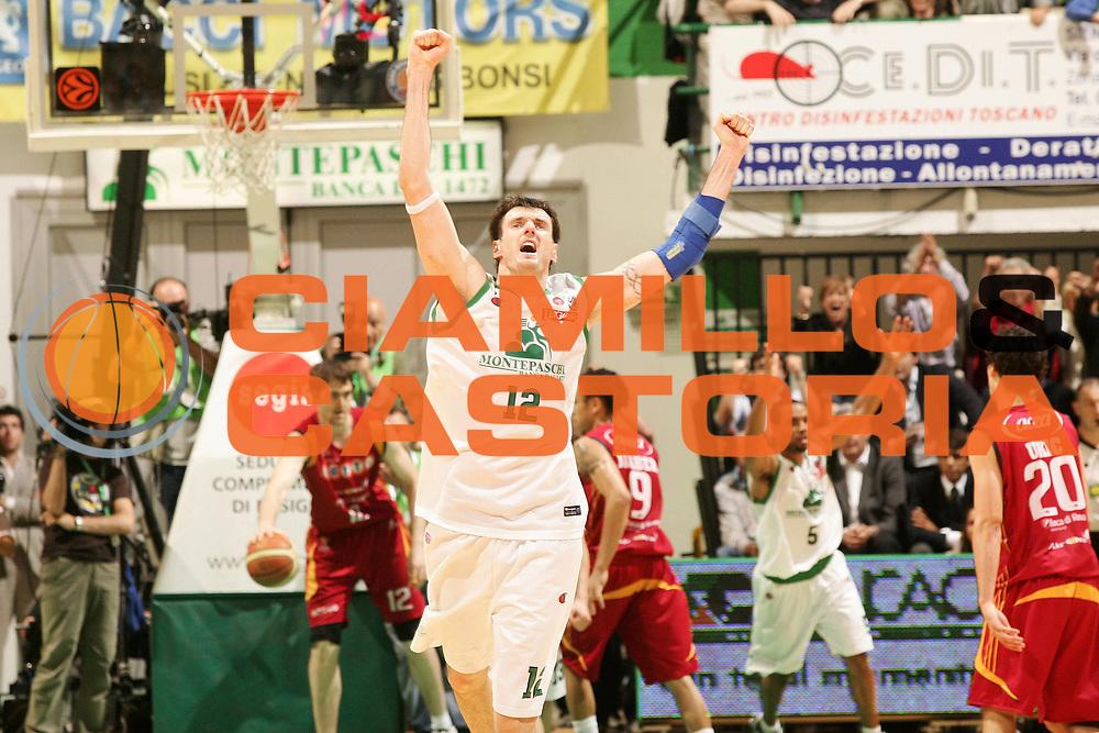 DESCRIZIONE : Siena Lega A1 2007-08 Playoff Finale Gara 5 Montepaschi Siena Lottomatica Virtus Roma <br /> GIOCATORE : Ksistof Lavrinovic<br /> SQUADRA : Montepaschi Siena<br /> EVENTO : Campionato Lega A1 2007-2008 <br /> GARA : Montepaschi Siena Lottomatica Virtus Roma<br /> DATA : 12/06/2008 <br /> CATEGORIA : esultanza<br /> SPORT : Pallacanestro <br /> AUTORE : Agenzia Ciamillo-Castoria/P.Lazzeroni<br /> Galleria : Lega Basket A1 2007-2008 <br /> Fotonotizia : Siena Campionato Italiano Lega A1 2007-2008 Playoff Finale Gara 5 Montepaschi Siena Lottomatica Virtus Roma  <br /> Predefinita :
