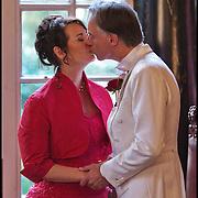 Nederland, Zeist, 20-10-2010  René Hoksbergen (48) die tijdens een Twitterevenement  Jannetta Dorsman (44) ten huwelijk vroeg zijn vandaag getrouwd.Het is de eerste volledig gecrowdsourcede en gecrowdfunde bruiloft  Het huwelijk van de twee twitteraars is uitgegroeid tot een benefietfeest met als goed doel: Stichting Pink Ribbon. Voorafgaand en tijdens het feest voor twitteraars kan men doneren en ook de opbrengst van de speciaal hiervoor ingerichte webshop en drankverkoop gaat naar Pink Ribbon. FOTO: Gerard Til / Hollandse Hoogte