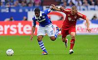 """18. September 2011: Gelsenkirchen, Veltins-Arena """"Auf Schalke"""": Fussball 1. Bundesliga, 6. Spieltag: FC Schalke 04 - FC Bayern Muenchen: Muenchens Bastian Schweinsteiger (rot) gegen Schalkes Jefferson Farfan (blau)."""