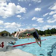 Trollh&auml;ttan 2005 07 05 <br /> utebadet p&aring; &Auml;lvh&ouml;gsborg pool simbass&auml;ng badhus sommar swimmingpool <br /> <br /> <br /> <br /> ----<br /> FOTO : JOACHIM NYWALL KOD 0708840825_1<br /> COPYRIGHT JOACHIM NYWALL<br /> <br /> ***BETALBILD***<br /> Redovisas till <br /> NYWALL MEDIA AB<br /> Strandgatan 30<br /> 461 31 Trollh&auml;ttan<br /> Prislista enl BLF , om inget annat avtalas.