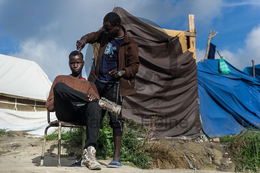 Calais, Frankreich - 17.10.2016<br /> Ein Migrant aus dem Sudan l&auml;sst sich im Dschungel von Calais die Haare schneiden. Das Fluechtlingscamp an der Kueste zum Aermelkanal soll laut franz&ouml;sischer Regierung in den n&auml;chsten Tagen geraeumt werden. In dem Camp leben um die 1000 Fluechtlinge und warten auf die Moeglichkeit zur Weiterreise durch den Eurotunnel nach Gro&szlig;britannien. Photo: Foto: Markus Heine / heineimaging<br /> <br /> Calais, France - 2016/10/17<br /> A Migrant from Sudan gets a haircut in the Calais Jungle. The refugee camp on the coast to the English Channel is to be cleared in the next few days, according to the French government. In the camp live around the 1000 refugees and wait for the possibility to travel further through the Eurotunnel to the UK. Photo: Foto: Markus Heine / heineimaging<br /> <br /> ------------------------------<br /> <br /> Ver&ouml;ffentlichung nur mit Fotografennennung, sowie gegen Honorar und Belegexemplar.<br /> <br /> Bankverbindung:<br /> IBAN: DE65660908000004437497<br /> BIC CODE: GENODE61BBB<br /> Badische Beamten Bank Karlsruhe<br /> <br /> USt-IdNr: DE291853306<br /> <br /> Please note:<br /> All rights reserved! Don't publish without copyright!<br /> <br /> Stand: 10.2016<br /> <br /> ------------------------------