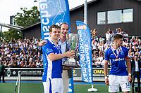UTRECHT -   Constantijn Jonker (Kampong) en Erik Cornelissen (voorzitter KNHB), rechts Sander de Wijn (Kampong)   na finale van de play-offs om de landtitel tussen de heren van Kampong en Amsterdam (3-1). Jonker stopt met tophockey. COPYRIGHT KOEN SUYK