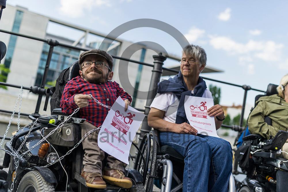 Der Aktivist Raul Krauthausen h&auml;lt w&auml;hrend der Protestaktion zum Teilhabegesetz am 11.05.2016 in Berlin, Deutschland eine Kette in der Hand. Ca 40 Menschen mit Behinderung haben sich im Regierungsviertel angekettet um vor der geplanten Abstimmung im Bundestag &uuml;ber f&uuml;r ihre Rechte zu demonstrieren. Foto: Markus Heine / heineimaging<br /> <br /> ------------------------------<br /> <br /> Ver&ouml;ffentlichung nur mit Fotografennennung, sowie gegen Honorar und Belegexemplar.<br /> <br /> Bankverbindung:<br /> IBAN: DE65660908000004437497<br /> BIC CODE: GENODE61BBB<br /> Badische Beamten Bank Karlsruhe<br /> <br /> USt-IdNr: DE291853306<br /> <br /> Please note:<br /> All rights reserved! Don't publish without copyright!<br /> <br /> Stand: 05.2016<br /> <br /> ------------------------------w&auml;hrend der Protestaktion zum Teilhabegesetz am 11.05.2016 in Berlin, Deutschland. Ca 40 Menschen mit Behinderung haben sich im Regierungsviertel angekettet um vor der geplanten Abstimmung im Bundestag &uuml;ber f&uuml;r ihre Rechte zu demonstrieren. Foto: Markus Heine / heineimaging<br /> <br /> ------------------------------<br /> <br /> Ver&ouml;ffentlichung nur mit Fotografennennung, sowie gegen Honorar und Belegexemplar.<br /> <br /> Bankverbindung:<br /> IBAN: DE65660908000004437497<br /> BIC CODE: GENODE61BBB<br /> Badische Beamten Bank Karlsruhe<br /> <br /> USt-IdNr: DE291853306<br /> <br /> Please note:<br /> All rights reserved! Don't publish without copyright!<br /> <br /> Stand: 05.2016<br /> <br /> ------------------------------