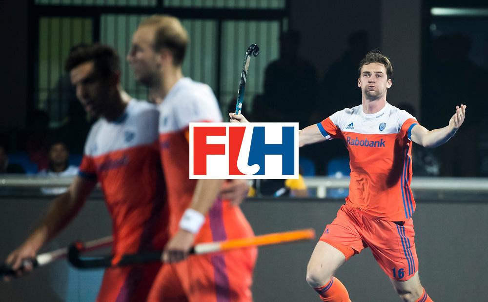 BHUBANESWAR -  Mirco Pruyser (Ned) probeert het publiek op te zwepen   tijdens de Hockey World League Finals , de kwartfinale wedstrijd Duitsland-Nederland (3-3).Duitsland wint na shoot-outs.  Op de achtergrond Bjorn Kellerman (Ned).  COPYRIGHT KOEN SUYK