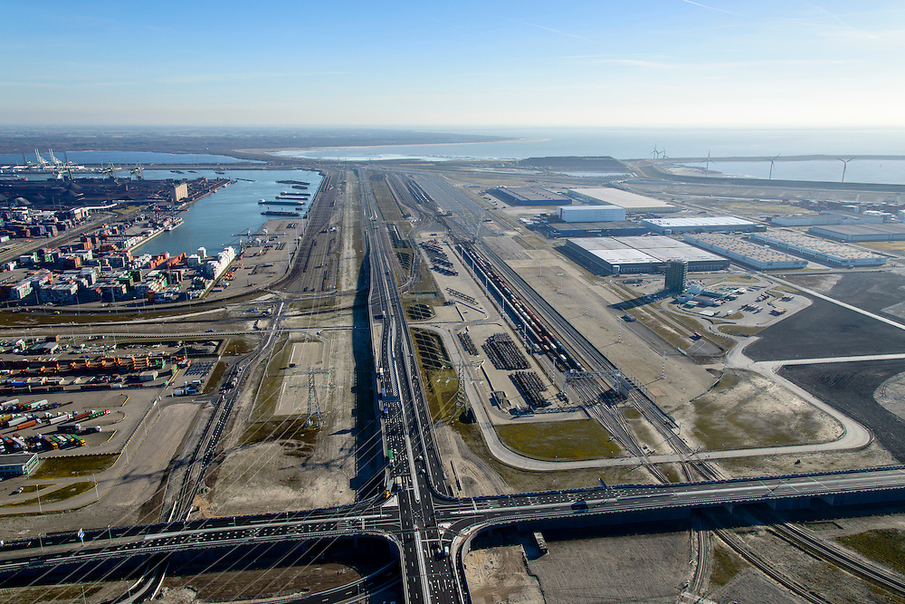 Nederland, Zuid-Holland, Rotterdam, 18-02-2015; Tweede Maasvlakte (MV2), kruising Europaweg met Coloradoweg. Ingang Delta Terminal, van APM Terminals Rotterdam en ECT. Emplacement Maasvlakte (Rail Terminal). In beheer bij Keyrail, exploitant Betuweroute.<br /> luchtfoto (toeslag op standard tarieven);<br /> aerial photo (additional fee required);<br /> copyright foto/photo Siebe Swart