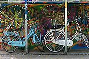 Twee fietsen voor jongeren staan bij een skatebaan in Zevenaar, een plaatsje in de streek De Liemers in het oosten van Nederland.<br /> <br /> Two bicycles for young people stand at a skate park in Zevenaar, a town in the region the Liemers in the east of the Netherlands.