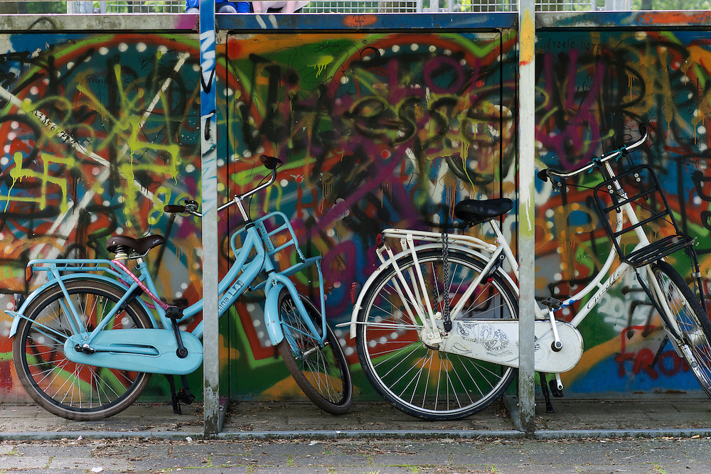 Twee fietsen voor jongeren staan bij een skatebaan in Zevenaar, een plaatsje in de streek De Liemers in het oosten van Nederland.<br /> <br /> Two bicycles for young people stand at a skate park in Zevenaar, a town in the region the Liemers in the east of the Netherlands.