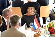 Zijne Majesteit Koning Willem-Alexander en Hare Majesteit Koningin Máxima brengen een werkbezoek aan de Duitse deelstaten Rijnland-Palts en Saarland.<br /> <br /> His Majesty King Willem-Alexander and Her Majesty Queen Máxima paid a working visit to the German federal states of Rhineland-Palatinate and Saarland.<br /> <br /> op de foto / On the Photo:   Koning Willem-Alexander en koningin Maxima worden ontvangen bij de Staatskanselarij van Rijnland-Palts door minister-president Malu Dreyer en haar partner. Themalunch: 200 jaar F.W. Raiffeisen, coöperatieve gedachte (Mainz) in de Festsaal van de Staatskanselarij<br /> <br /> King Willem-Alexander and Queen Maxima are received at the State Chancellery of Rhineland-Palatinate by Prime Minister Malu Dreyer and her partner. Theme lunch: 200 years F.W. Raiffeisen, cooperative idea (Mainz) in the Festsaal of the State Chancellery