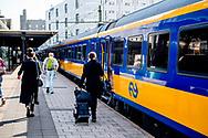 DEN HAAG  den haag cs  - Nieuwe stationshal centraal station Rotterdam. Reizigers checken in en uit, inchecken en uitchecken bij poortjes tourniquettes.  ROBIN UTRECHT