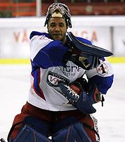 Ishockey , 07. mars 2006 , UPC ligaen Play off semi-finale Jordal Amfi , Vålerenga Hockey - Storhamar Hockey , Tyrone Garner danser seiersdans etter kampen  Foto: Kasper Wikestad